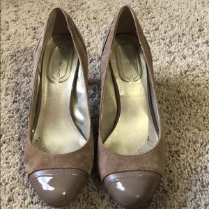 Nude suede and leather Bandolino pumps